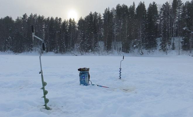 Зимние ледобуры и ящик