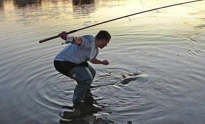 Рыбак со спиннингом на кастмастер